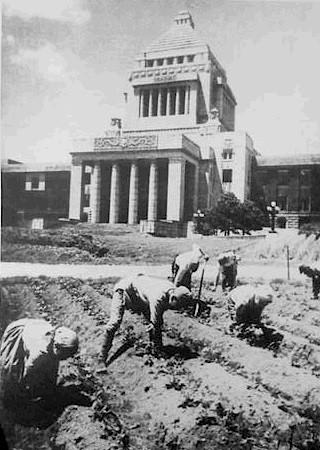 Japanese_diet_outside_Kokkaigijido-1946(Wikimedia).jpg